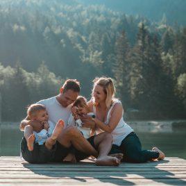 Družina na fotografiranju na Jezeru Jasna v Kranjski Gori.
